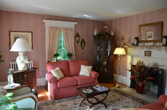 Camden Maine Stay Inn: Pink Sitting Room