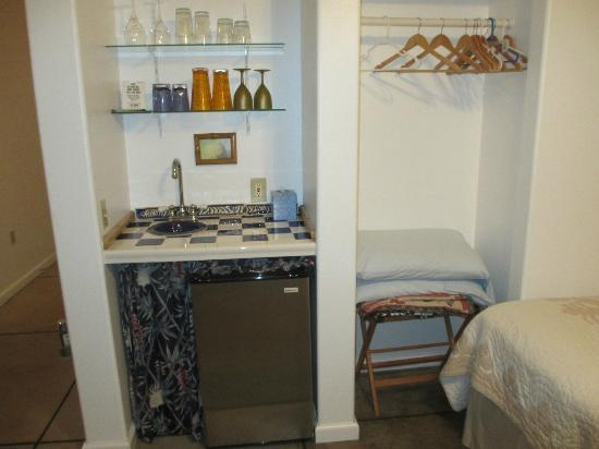 Upcountry Bed and Breakfast: Fridge/closet area
