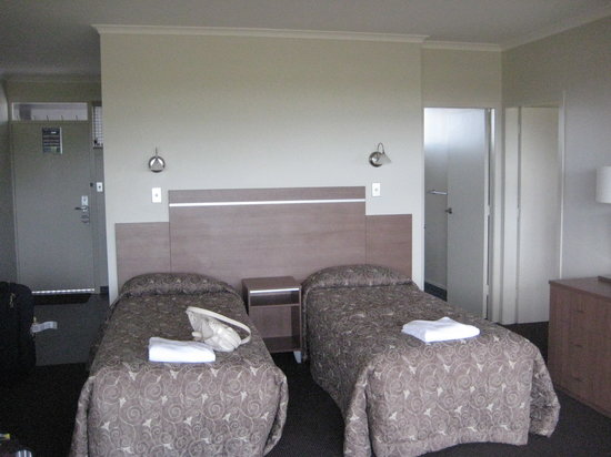 Suncourt Hotel & Conference Centre: 2 single bed outside the bedroom