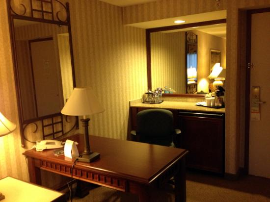 Sheraton Suites Orlando Airport: Desk and Dry Bar