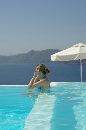 Kirini Suites & Spa: Pool overlooking Caldera