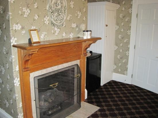 Bar Harbor Manor: charming fireplace