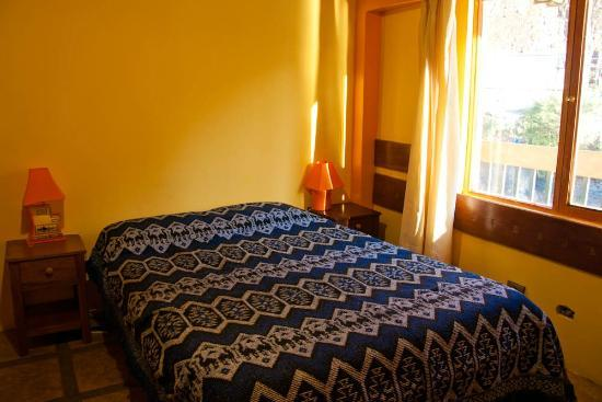 Hospedaje Chaska Pisac: Bedroom with view towards the river