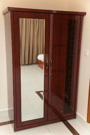 Asia Palace Hotel: Wardrobe