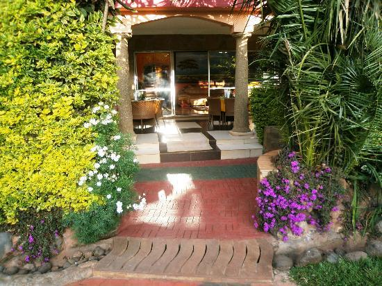 Comfort Gardens - Kenya: The way to the pool