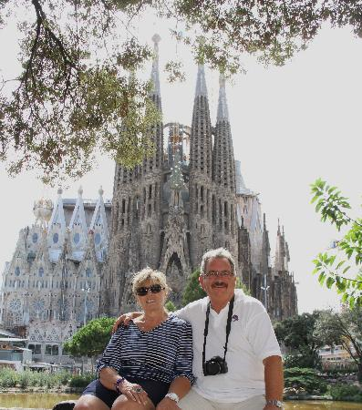 Regencia Colon Hotel: Paul and Louise in frony of Sagrida Familia