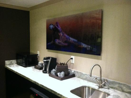 Luxe City Center Hotel: Sweet kitchenette in the room (Deluxe King Suite)