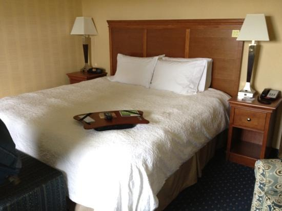 Hampton Inn Ellsworth / Bar Harbor: small room with a king bed