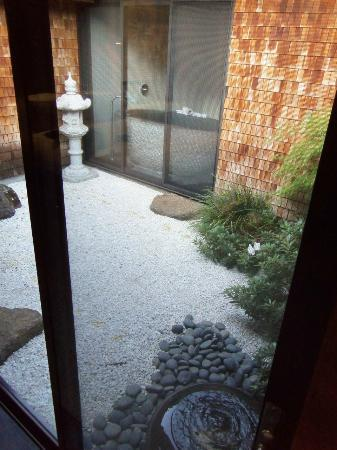 Gaige House, A Four Sisters Inn: Zen Garden (see the tub?)
