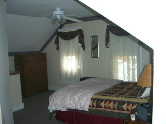 Sunset Lodge Bed and Breakfast: Upstairs bedroom of Ellen's Roost