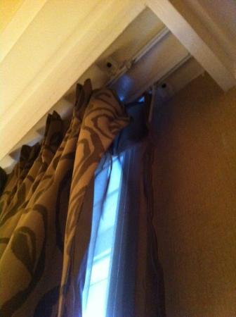 Shaftesbury Metropolis London Hyde Park: Curtains not hung correctly