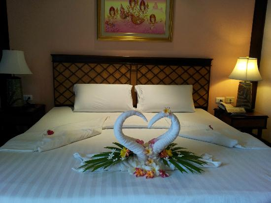 P. P. Palm Tree Resort: welcome honeymoon decorations in the room