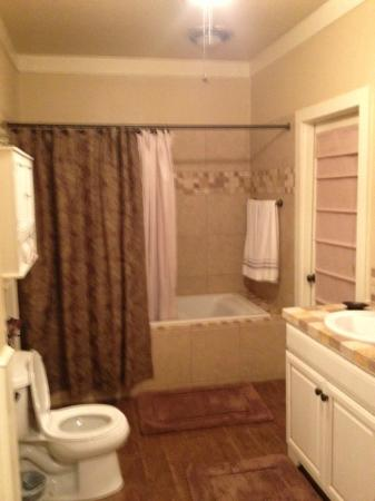 Garden Manor Inn : Enormous bathroom in carriage house