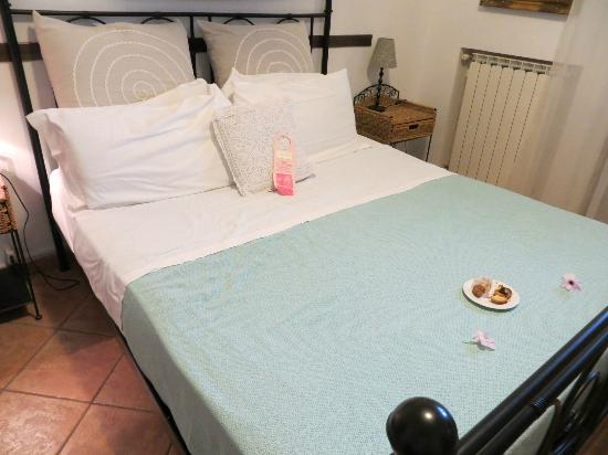 Villa Monica B&B: Room with flowers and pastries when we arrived