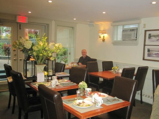 Merrill Inn: We were early for breakfast, cozy dining room plus outside patio area.