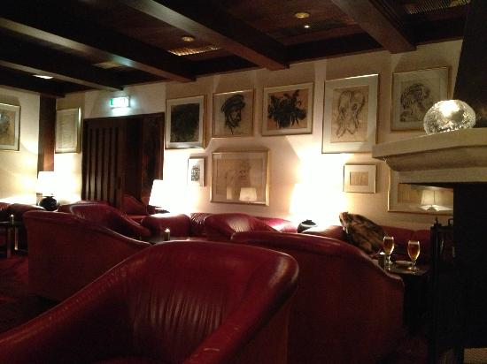 Hotel Holt: Great bar area, full of artwork and leather club chairs