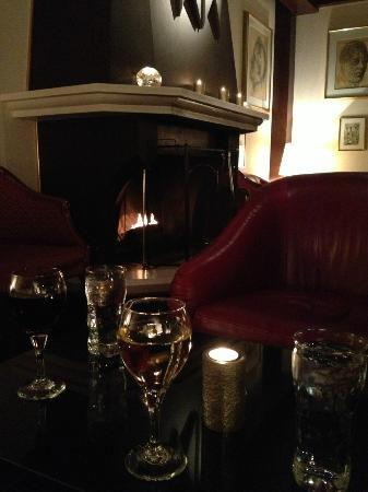 Hotel Holt: Fireplace in cozy bar