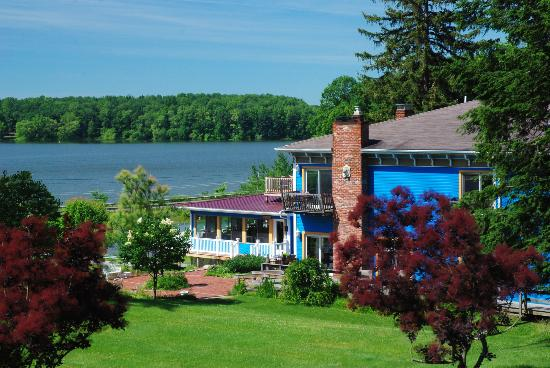Whispering Pines Bed and Breakfast: Whispering Pines overlooking Atwood Lake