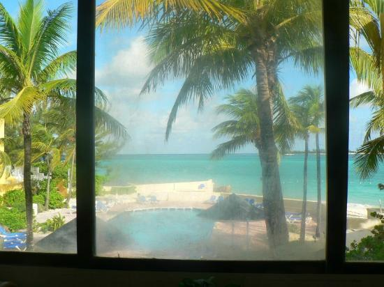 Blue Water Resort on Cable Beach: Dirty window in Master Bedroom