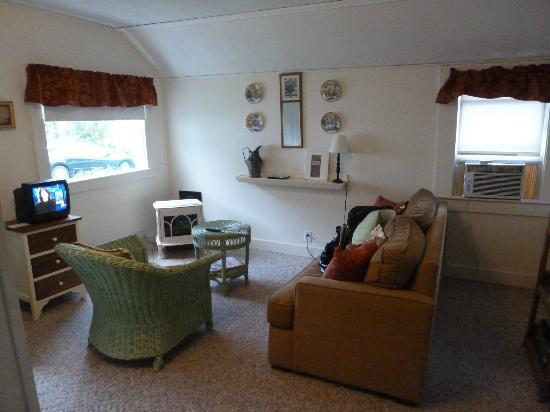 Bar Harbor Cottages and Suites: Snuggy living room