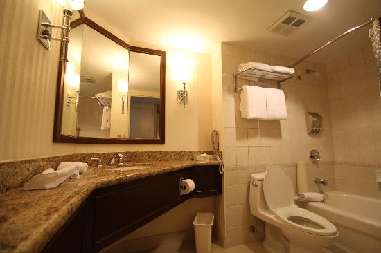 Minto Suite Hotel: bathroom