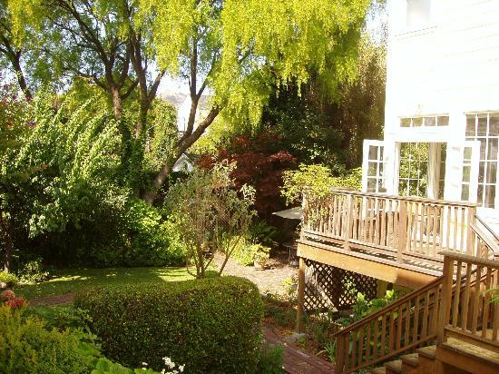 Parker Guest House: The garden outside the breakfast room