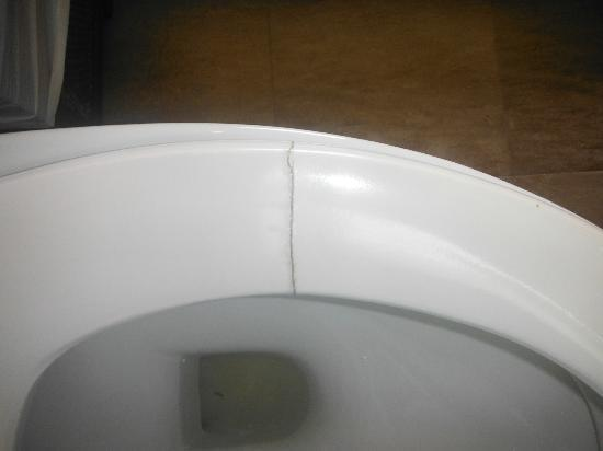 Samui Cliff View Resort & Spa: Cracked toilet boil