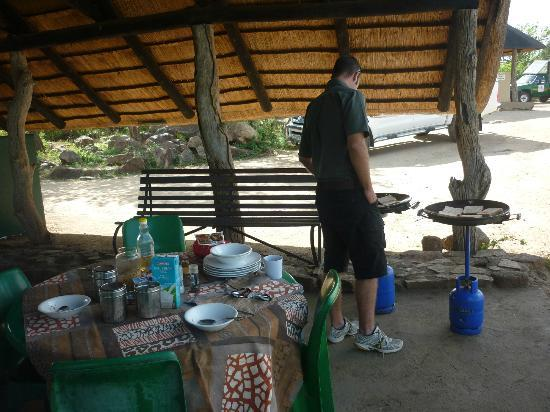 Bushwise Safaris: Werner cooking breakfast on early morning drive