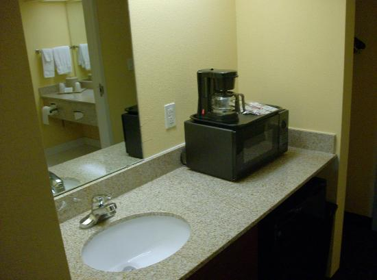 Milton Inn and Suites: Standard Wet Bar in all rooms