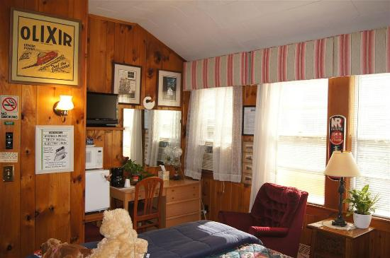 Lake Winnipesaukee Motel: Vintage knotty pine room