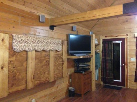 Alaskan Suites: Murphy bed and big screen tv with hundreds of channels