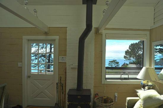 The Cottage at Muir Beach: Living room with view of Pacific Ocean