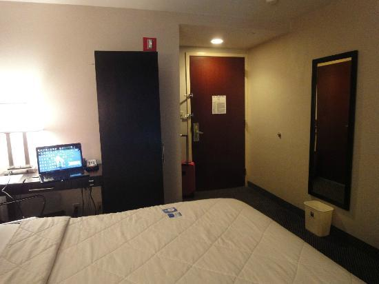 Comfort Inn Times Square South: desk area is small