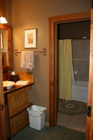 Rocky Fork Inn: Spacious bath area
