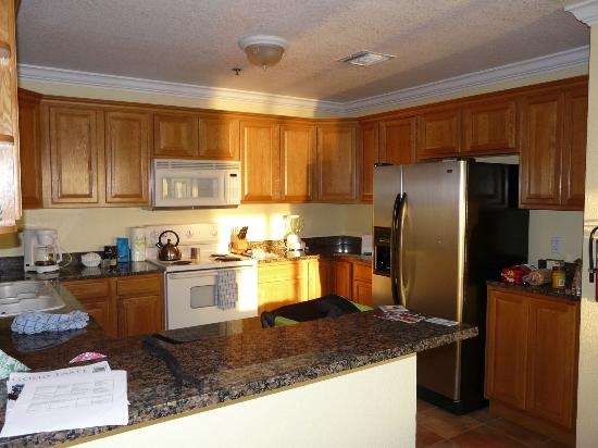 The Grand Caymanian Resort: Full Kitchen with Coffee maker toaster dishwasher and filtered water in the Fridge!