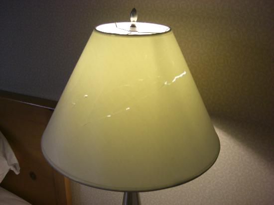 Quality Inn &amp; Suites Seattle: tattered lampshade that greeted us
