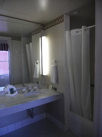 Gaslamp Plaza Suites: Bathroom
