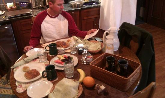 A.G. Thomson House: Historic Bed and Breakfast: Breakfast in the Lake Superior Suite
