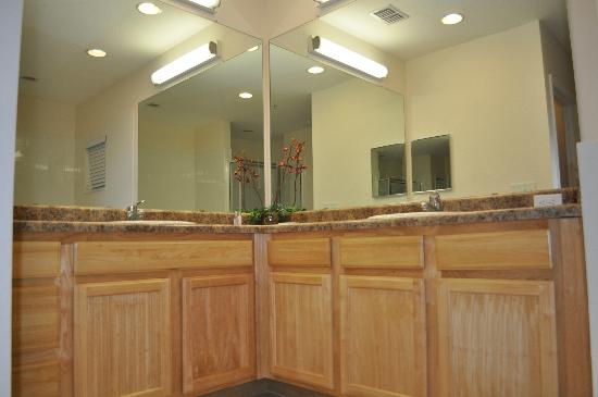 Caribe Cove Resort Orlando: double vanity in master bathroom with loads of cabinet space and linen closet