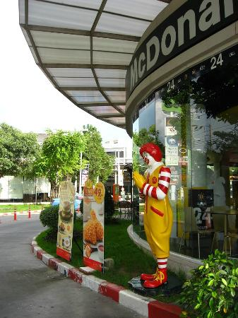 The Cottage Suvarnabhumi: Ronald Macdonald greets visitors at the Paseo Mall near The Cottage