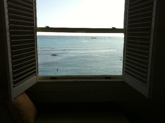 Moana Surfrider, A Westin Resort & Spa: The view from our new ocean corner room out to sea