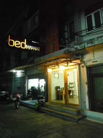 Bed Bangkok Hostel : view from outside at night