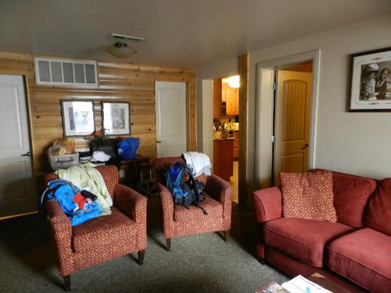 Historic Pioneer Lodge: Living room - two doors are to the baths (showers only)