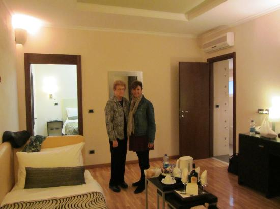 Daphne Inn Trevi : Very spacious suite. Loved the &quot;welcome&quot; bottle of wine! Couch/ bed in living area was comfortab 