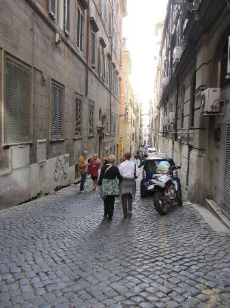 Daphne Inn Trevi: We Americans call this an 'Alley' not a street. But do not fear. Once you find it, youll be thr