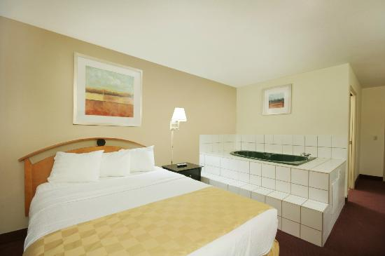 Red Roof Inn Palmdale-Lancaster: Queen Jacuzzi Suite