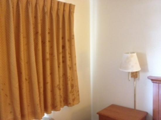 Days Inn Anaheim Maingate: unexplainable splatter marks in room.