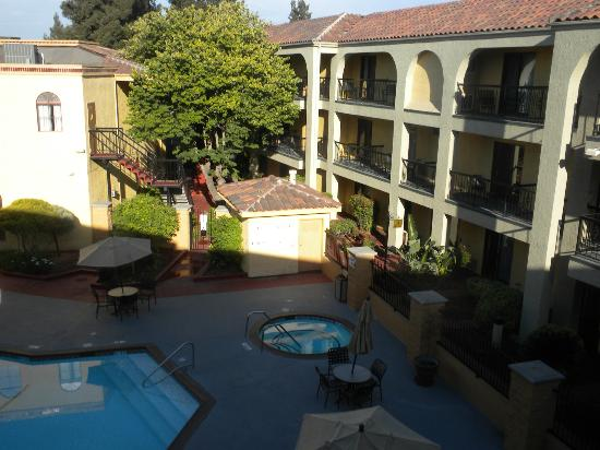 BEST WESTERN PLUS Heritage Inn: Poolside balconies are located in the A and B buildings
