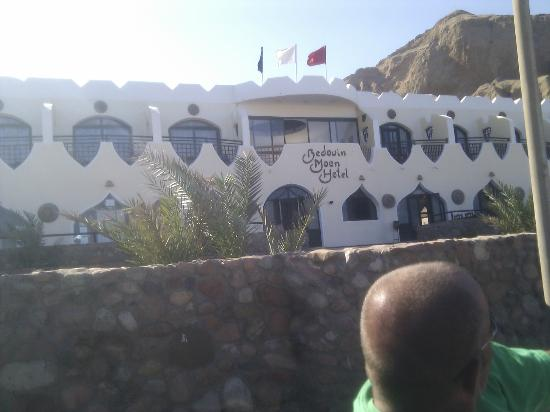 The Bedouin Moon Hotel: Front of the hotel with Paul's bald head in the way :P