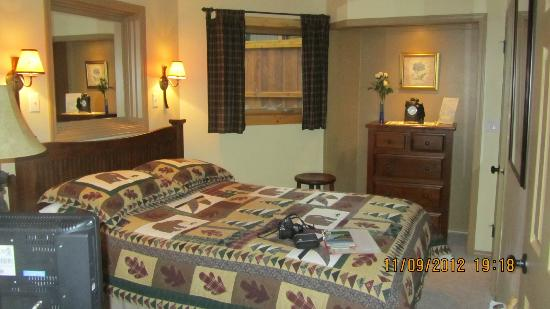 Cedar Springs Bed & Breakfast: The Charming room